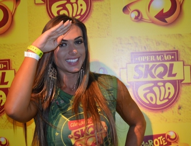 8.fev.2013 - Nicole Bahls posa para fotos no camarote Skol, em Salvador