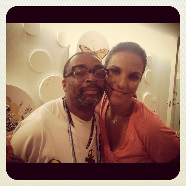 8.Fev.2013 - O cineasta Spike Lee posa com Ivete Sangalo na casa da cantora, em Salvador. A foto foi publicada por Ivete em seu Instagram. 