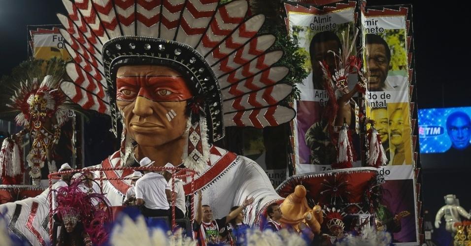 8.fev.2013 - Carro da Acadêmicos do Tatuapé lembra o Cacique de Ramos, bloco onde a sambista Beth Carvalho se formou