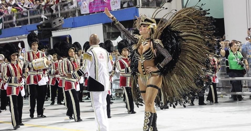 fev.2013 - A rainha Ellen Roche se apresenta à frente da bateria da ...