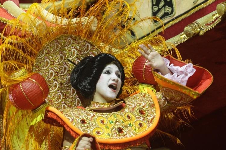 """9.fev.2012 - André Cesari, carnavalesco da escola, diz que o desfile é inspirado no filme """"Coração de Dragão"""" e que marca o último dia do ano do dragão na China"""