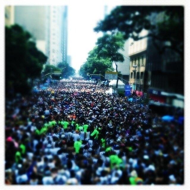 9.fev.2013 - A cantora Maria Rita, madrinha do Bola Preta, publica foto da multidão durante desfile do cordão, no Centro do Rio