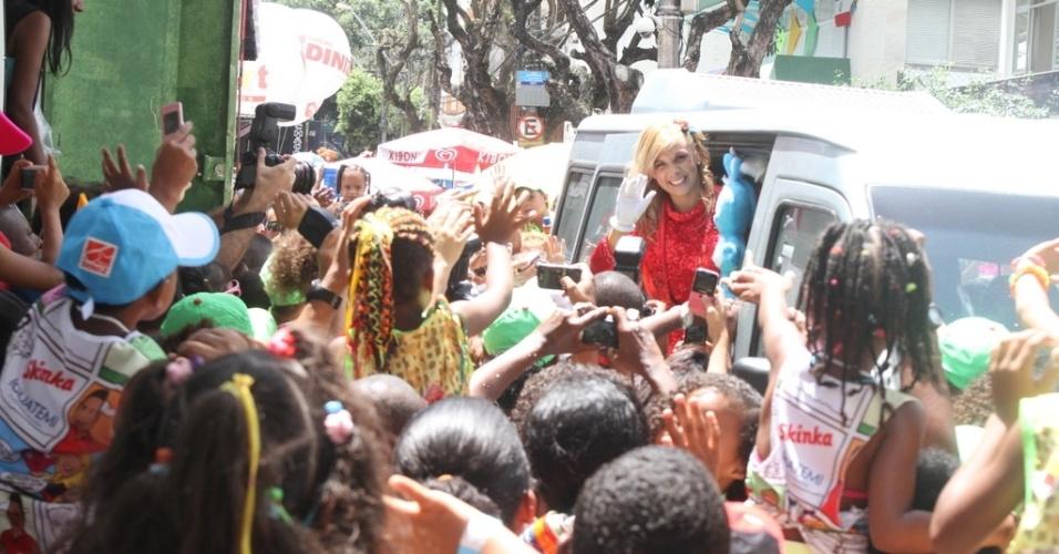 9.fev.2013 - As crianças fazem fila para ver a loira