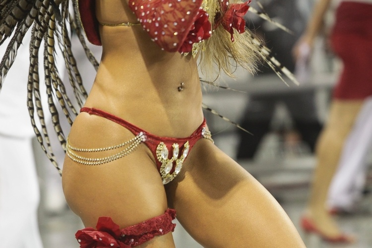 9.fev.2013 - Cacau Colucci, passista da Dragões da Real, dança durante o desfile. A escola foi a sexta a passar pelo Sambódromo do Anhembi, em São Paulo