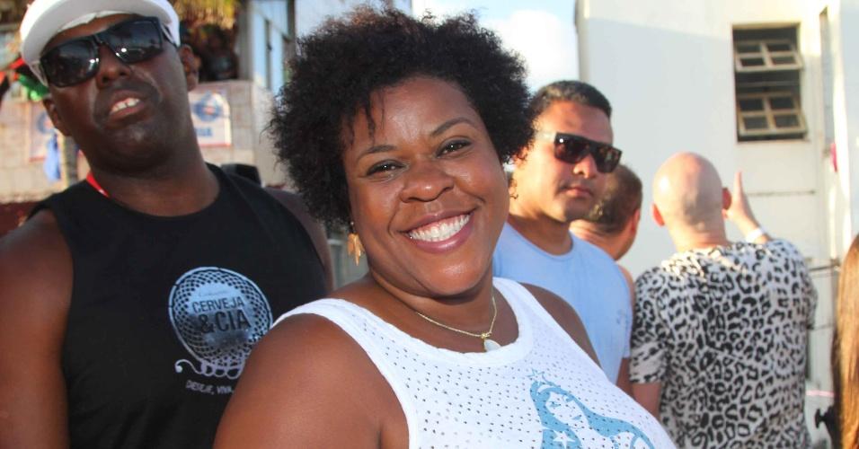 """9.fev.2013 - Cacau Protásio, a Zezé de """"Avenida Brasil"""", posa sorridente no show de Ivete Sangalo no circuito Barra-Ondina em Salvador"""
