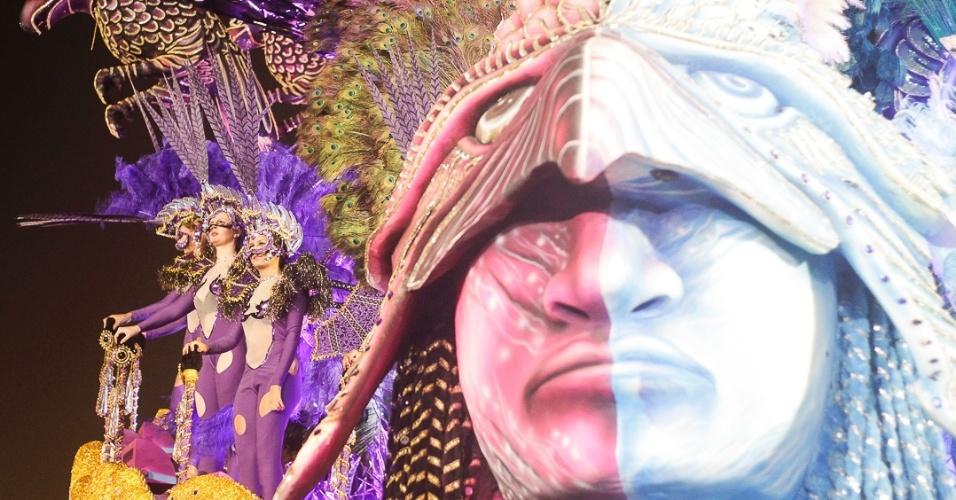 9.fev.2013 - Carro Abre-Alas do Nenê de Vila Matilde abre o segundo dia do Carnaval de São Paulo