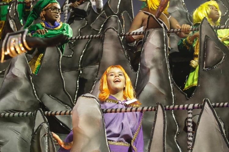 """9.fev.2013 - Carro inspirado no desenho """"Caverna do Dragão"""", é mais uma referência da escola à cultura nerd. A Dragões da Real foi a sexta a passar pelo Sambódromo do Anhembi, em São Paulo."""