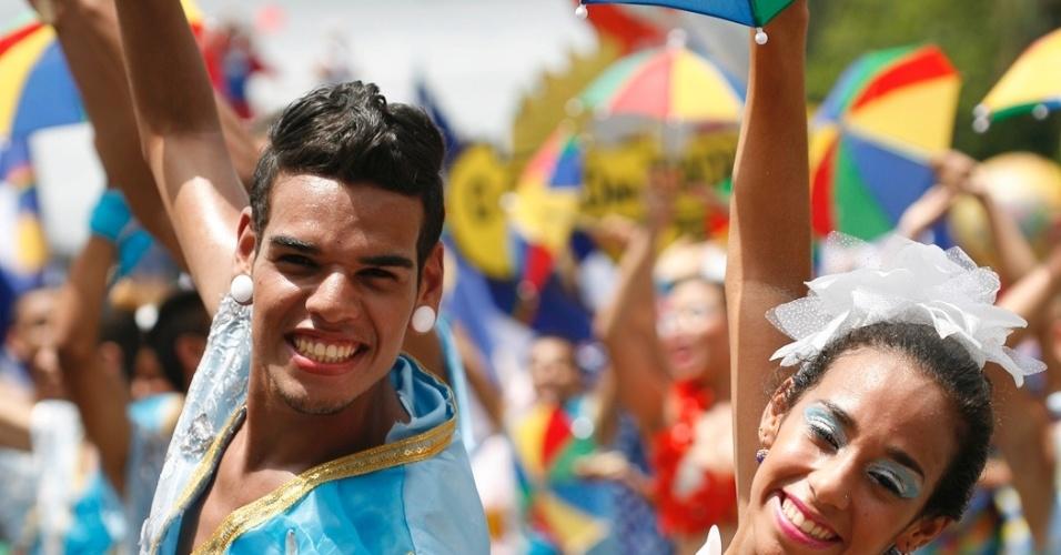 9.fev.2013 - Dançarinos de frevo fazem coreografia no bloco O Galo da Madrugada de Recife