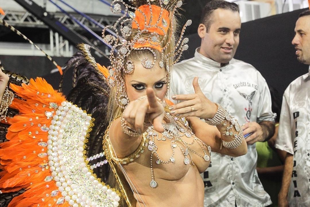 9.fev.2013 - Musa da Nenê da Vila Matilde, Jéssica Lopes, conhecida como peladona de Congonhas, vestiu uma fantasia que custou mais de R$ 15 mil