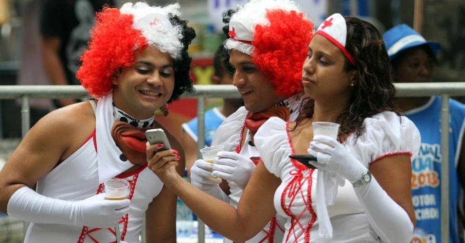 9.fev.2013 - Fantasiados de enfermeiros, foliões brincam no Cordão da Bloa Preta, no Rio de Janeiro