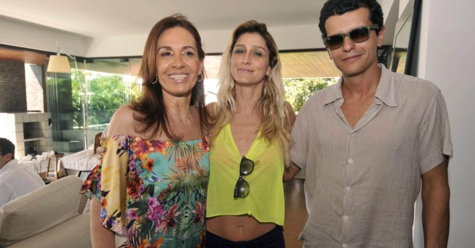9.fev.2013 - Flora Gil, Amora Mautner e Guilherme Coelho em almoço na casa de Gilberto Gil, em Salvador