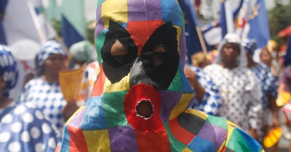9.fev.2013 - Folião mascarado curte o Carnaval no bloco O Galo da Madrugada em Recife