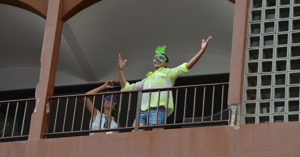 9.fev.2013 - Folião se diverte com a passagem do bloco Banda de Ipanema pelas ruas do Rio de Janeiro