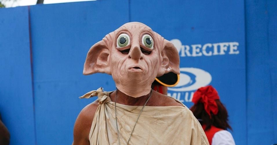 """9.fev.2013 - Folião se veste de elfo Dobby, do filme """"Harry Potter"""", no bloco O Galo da Madrugada em Recife"""