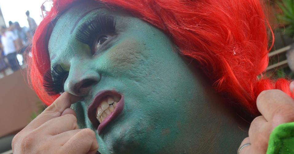 9.fev.2013 - Folião se veste de Fiona para participar da Banda de Ipanema no Rio de Janeiro