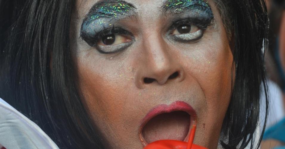 9.fev.2013 - Folião vai de Branca de Neve na Banda de Ipanema nas ruas do Rio de Janeiro