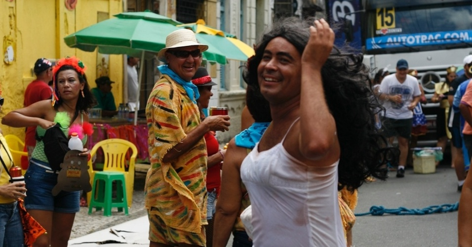 9.fev.2013 - Folião vestido de Gabriela chama atenção no bloco O Galo da Madrugada em Recife