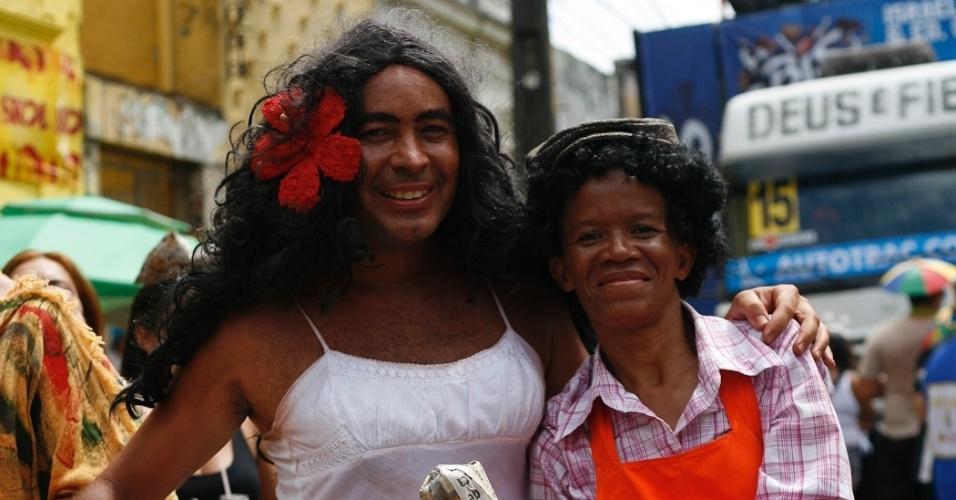 """9.fev.2013 - Foliões usam fantasia inspirada na novela """"Gabriela"""" no bloco O Galo da Madrugada em Recife"""
