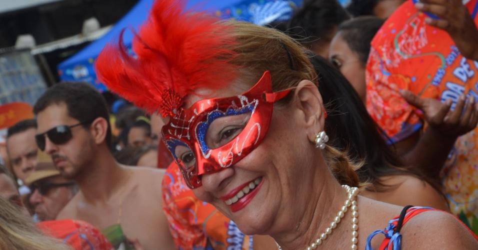 9.fev.2013 - Foliona toca tamborim enfeitado na banda de Ipanema