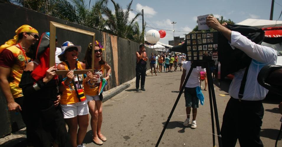 9.fev.2013 - Fotógrafo faz a alegria de foliões durante o bloco O Galo da Madrugada em Recife