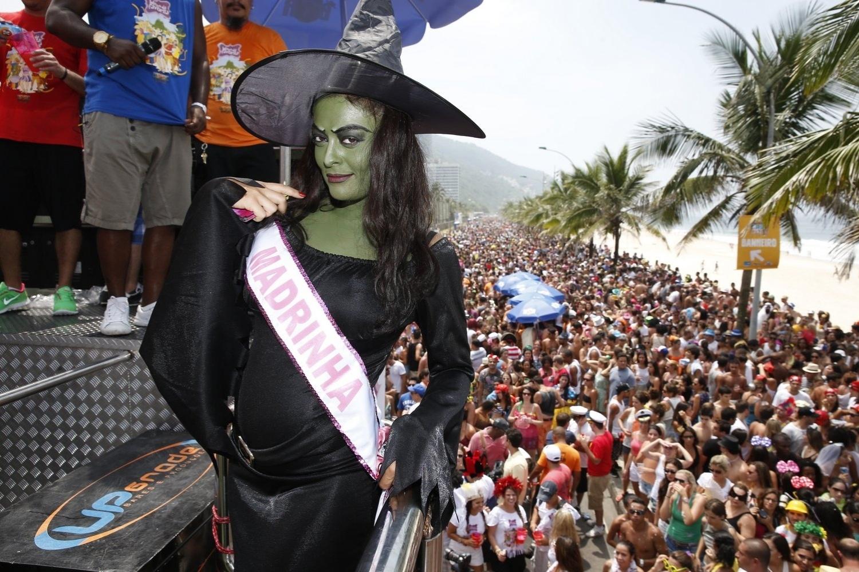 9.fev.2013 - Grávida de quatro meses, a atriz Juliana Paes se vestiu de bruxa e foi para a avenida com o Bloco da Favorita com Carrossel de Emoções deste sábado, na Orla de São Conrado, Zona Oeste do Rio de Janeiro