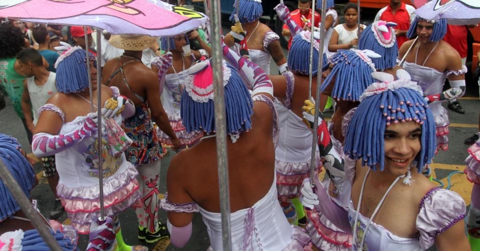 9.fev.2013 - Homens se vestem de mulheres para brincar no Cordão da Bola Preta, no Rio