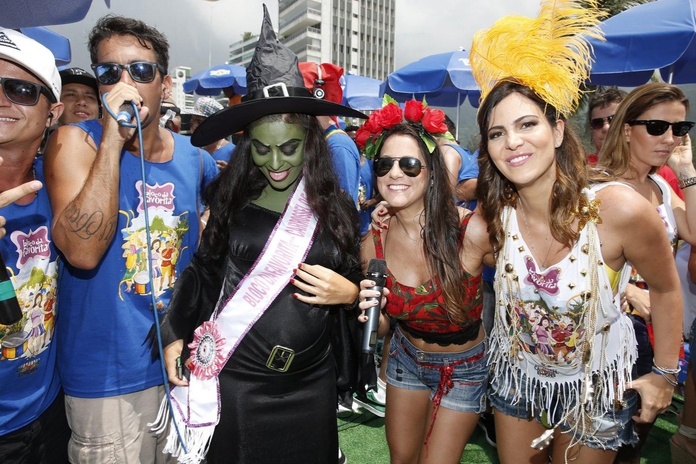 9.fev.2013 - Juliana se diverte com os músicos do bloco, o primeiro bloco funk do Brasil