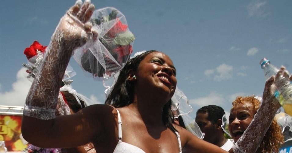 9.fev.2013 - Mulher se fantasia de noiva para pular Carnaval no bloco O Galo da Madrugada em Recife