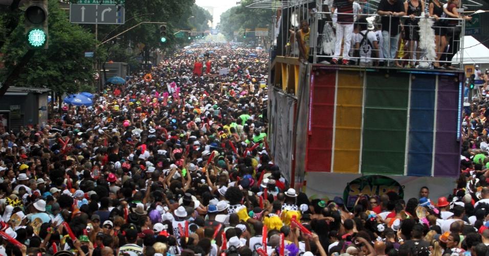 9.fev.2013 - Multidão pula Carnaval durante desfile do Bola Preta, no Rio