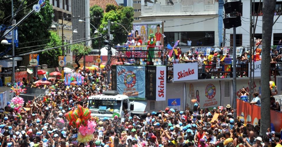 9.fev.2013 - Multidão pula Carnaval no bloco Algodão Doce, liderado por Carla Perez, em Salvador