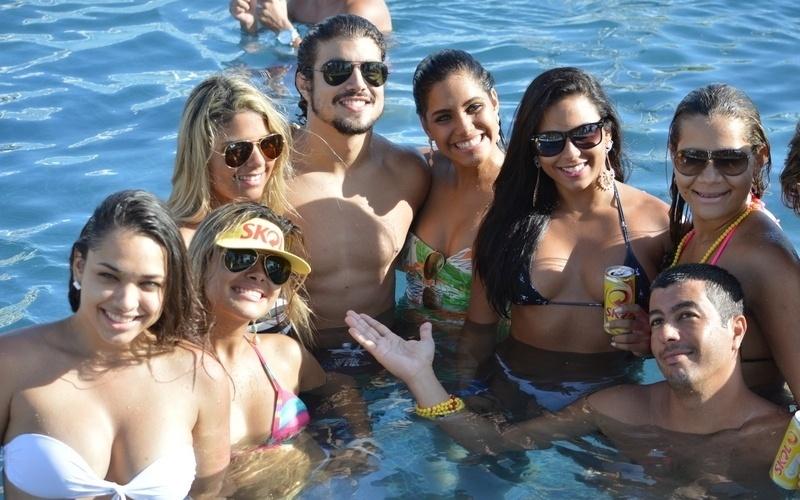 9.fev.2013 - O ator Caio Castro curte pool party em Salvador e posa para foto