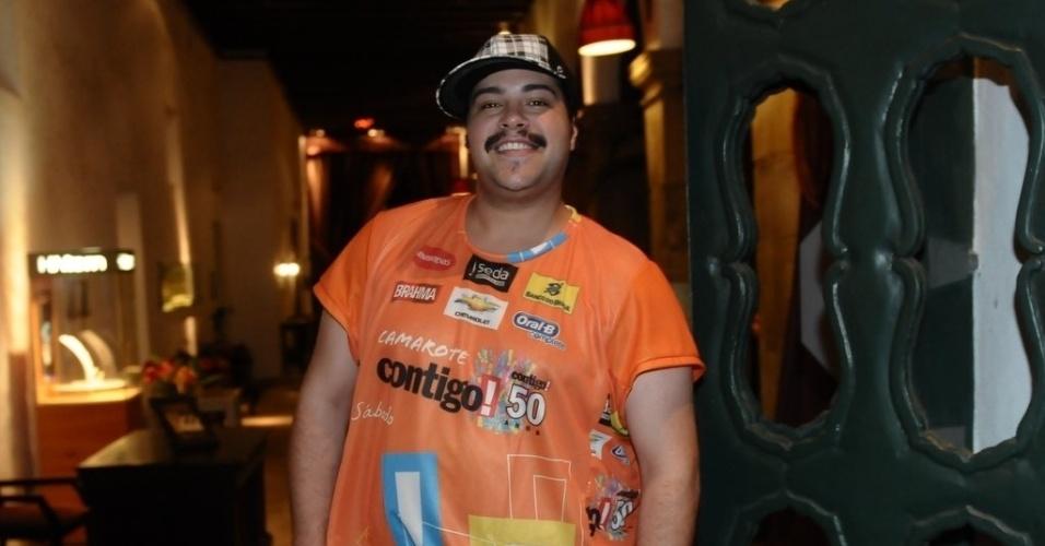 """9.fev.2013 - O ator Tiago Abravanel curte o Carnaval de Salvador em 2013 no camarote da revista """"Contigo!"""""""