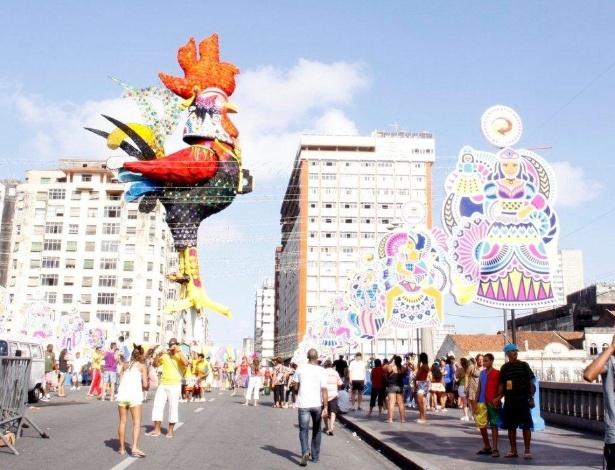 """9.fev.2013 - O bloco do Galo da Madrugada, que acontece neste sábado (9), leva o tema """"O Rio São Francisco Deságua no Mar do Frevo"""" às ruas de Recife, Pernambuco"""