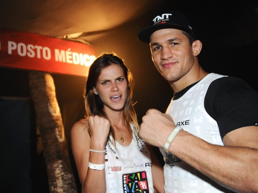 9.fev.2013 - O lutador de MMA Junior Cigano curte show de msica eletrnica ao lado da modelo Renata Kuerten em camarote de famosos no Carnaval dem Salvador
