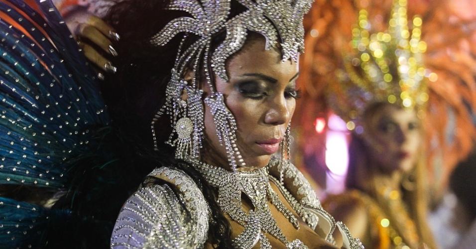 9.fev.2013 - Passista da Nenê de Vila Matilde, primeira escola a desfilar no segundo dia do Carnaval de SP