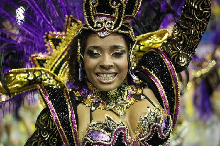 """9.fev.2013 - Passista samba o enredo """"Dragão, Guardião Real, Mostra Seu Poder e Soberania na Corte do Carnaval"""", da Dragões da Real, sexta escola de samba do Carnaval de São Paulo."""