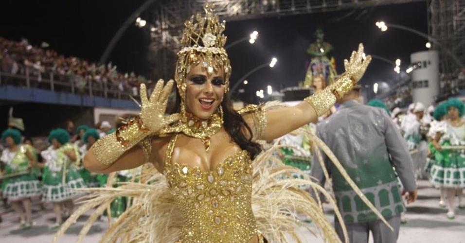 10.fev.2013 - Viviane Araújo, rainha da bateria da Mancha Verde, mostra samba no pé