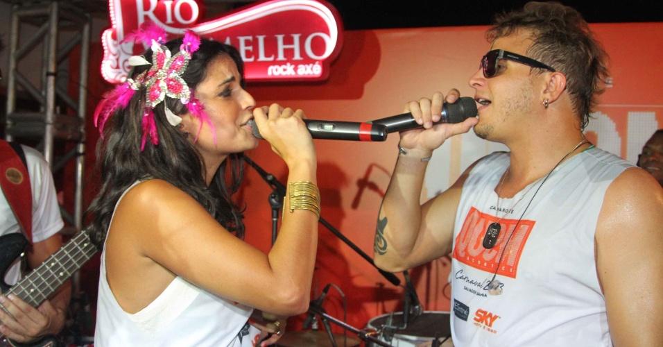 """9.fev.2013 - Emanuelle Araújo canta com Felipe Pezzoni, futuro vocalista da Banda Eva, no camarote da revista """"Quem"""", no Carnaval de Salvador"""