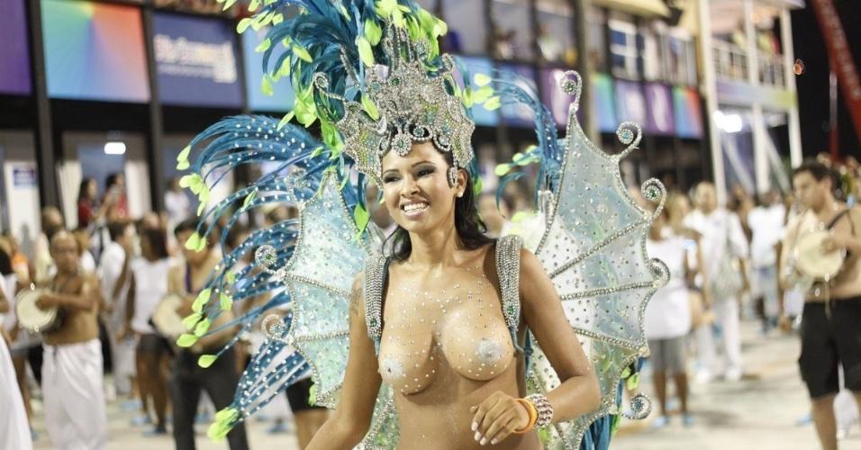 9.fev.2013 - A ex-BBB Ariadna desfila como rainha de bateria da Unidos da Vila Santa Tereza