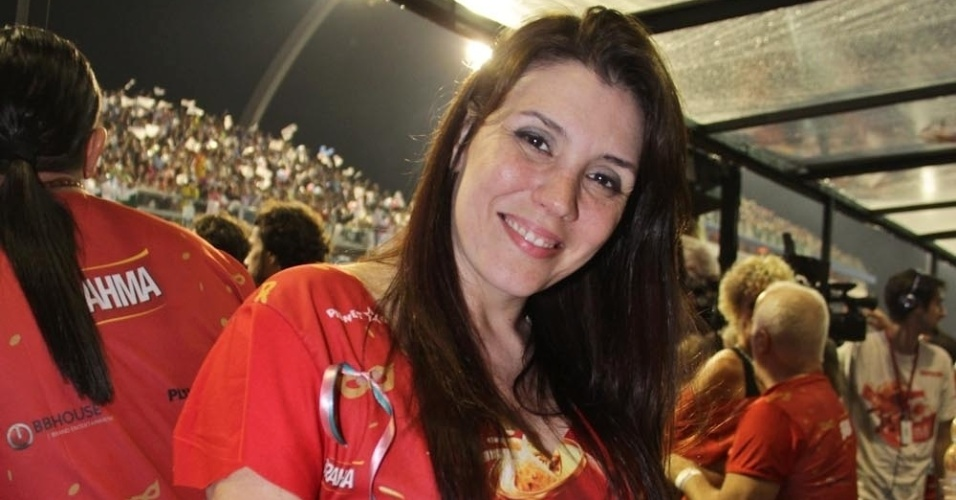 08.fev.2013 - A cantora Simony posa para foto no desfile das escolas de samba de São Paulo