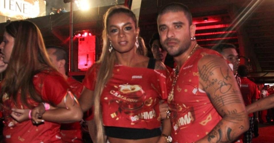 08.fev.2013 - Diogo Nogueira e sua esposa, Milena, Camarote Brahma em São Paulo
