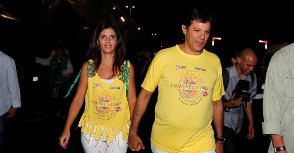 08.fev.2013 - Fernando Haddad, prefeito da capital paulista, e sua esposa, Ana Estela, no Camarote da Cidade, no Sambódromo do Anhembi