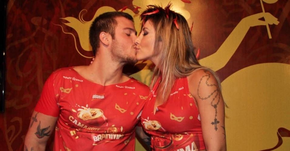 08.fev.2013 - Jacky Khury beija seu noivo Rafael Mello no Camarote Brahma em São Paulo