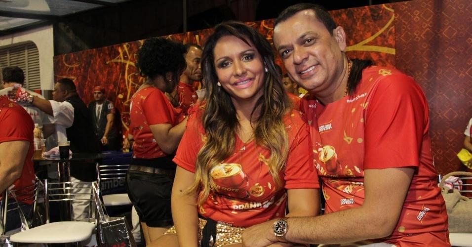 08.fev.2013 - O músico e político Fank Aguiar posa para fotos ao lado de sua esposa no Camarote Brahma em São Paulo
