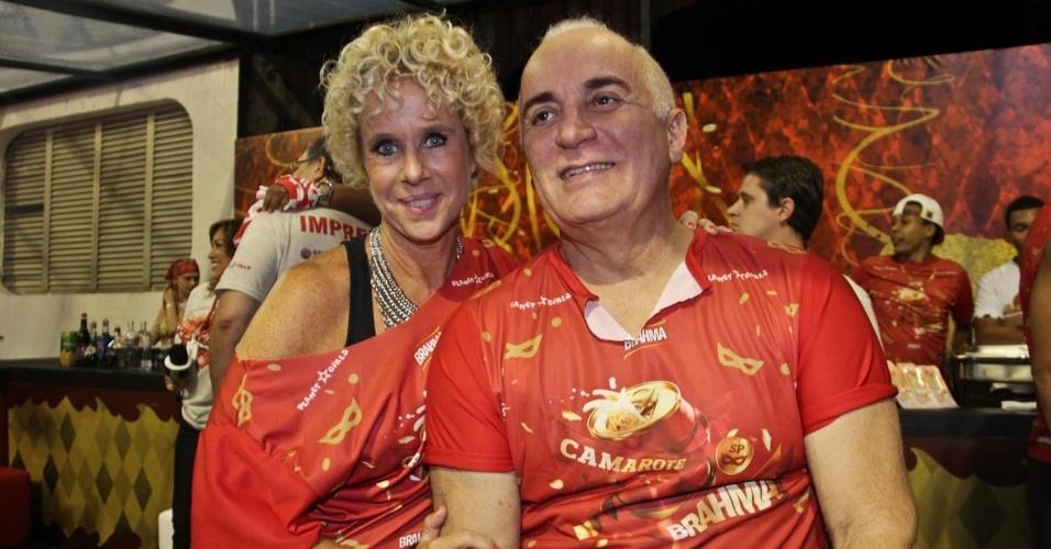08.fev.2013 - Paola Robba e Fernando Pires se divertem no desfile das escolas de samba de São Paulo