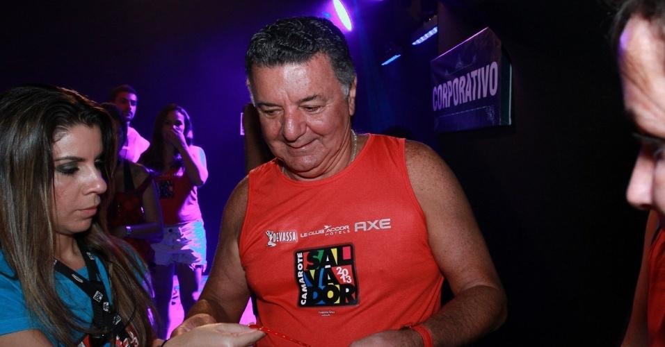 09.fev.2013 - Arnaldo Cézar Coelho deixa o terno de lado para curtir a folia no Camarote Salvador no Circuito Barra Ondina