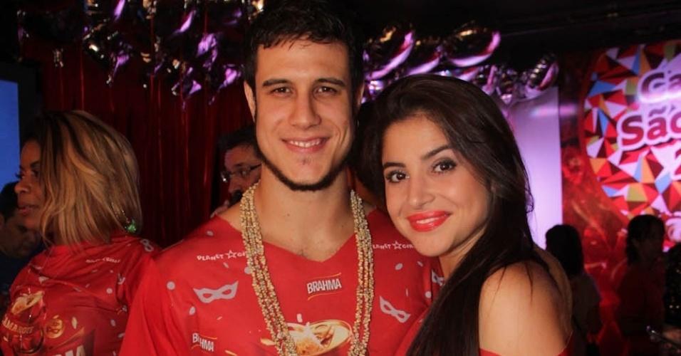 09.fev.2013 - Emiliano D'Avilla posa com um sorriso maroto ao lado de sua namorada, Natalia Rosa, no Camarote Brahma em Sãp Paulo