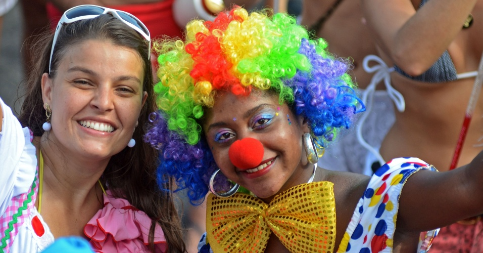 10.fev.2013 - Foliões se divertem no bloco Simpatia é Quase Amor pelas ruas do Rio de Janeiro