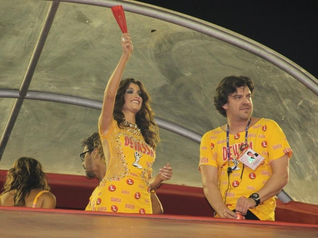 10.fev.2013 - A atriz Alinne Moraes brinca com o público da Sapucaí no Camarote Devassa