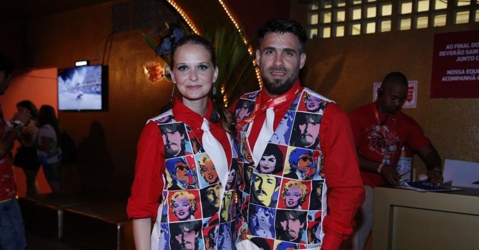 10.fev.2013 - A atriz Fernanda Rodrigues e Raoni Carneiro, seu marido, curtem os desfiles da Sapucaí no Camarote Brahma